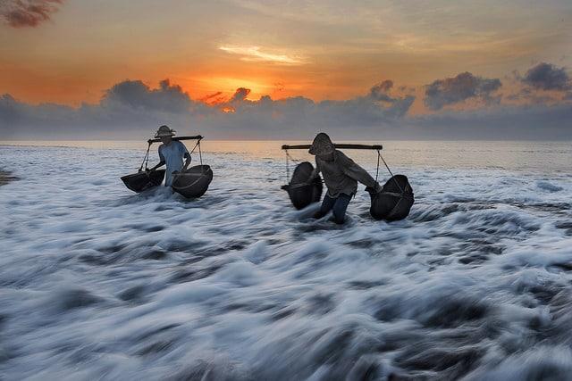 Récolte des sels marins de Kusumba